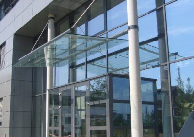 glasfassade glasvordach
