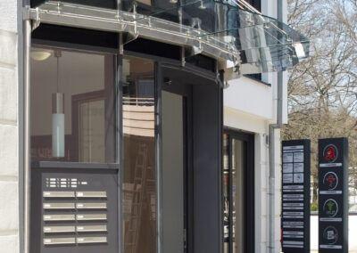 vordach aus glas glasfassade